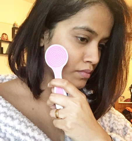 6b5383997e Soft Bristles Edge: Apply your favorite cleanser or face wash on the brush  and then gently move the brush in circular motions using upward strokes, ...